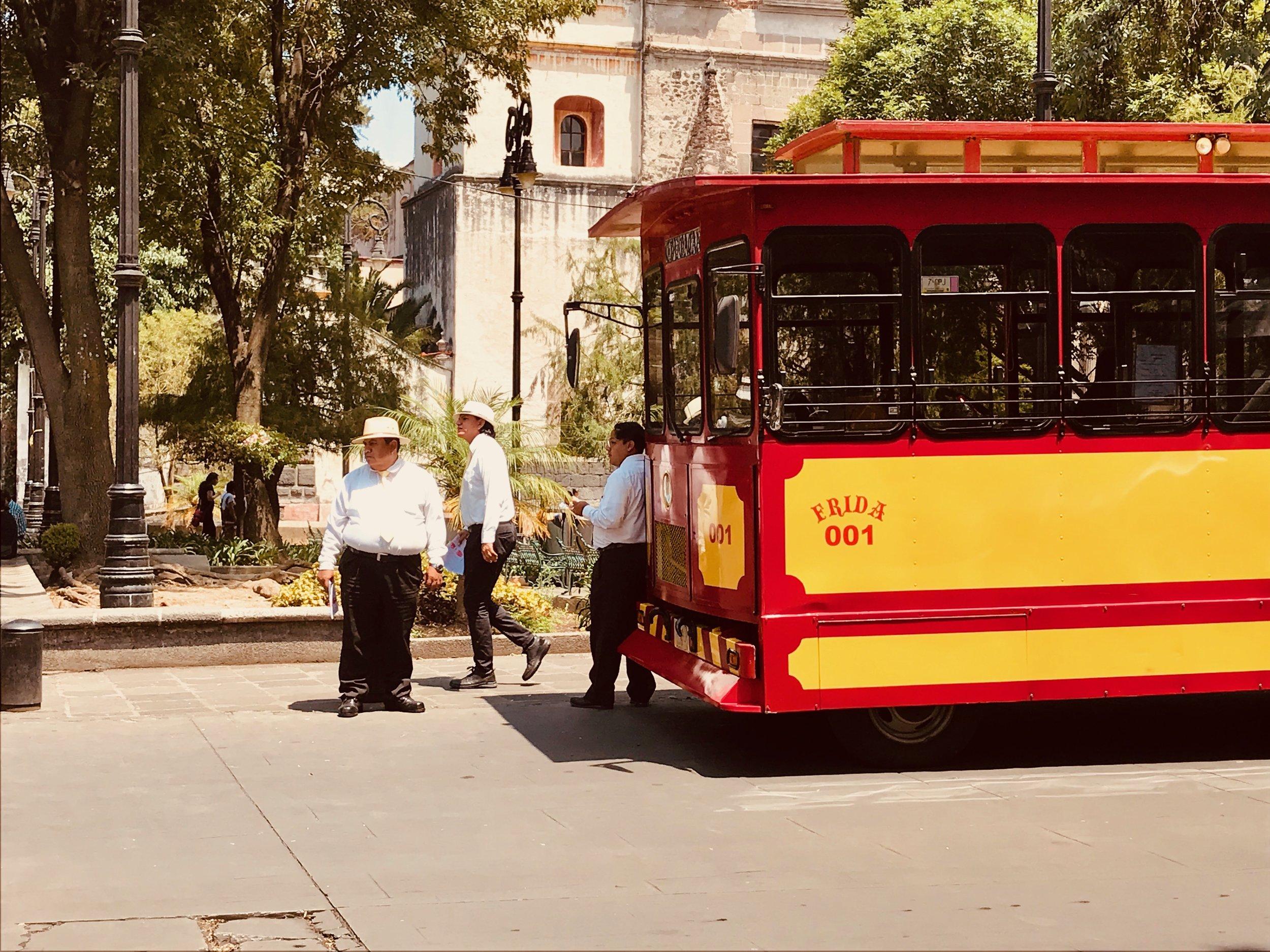 Coyoacán - ('lugar de los coyotes' o 'lugar de manantiales') es uno de los barrios más pintorescos y coloridos de la Ciudad de Mexico. Fue aquí donde Hernán Cortés se instaló durante la conquista, donde Luis Buñuel filmó una escena de 'La Ilusión Viaja en Tranvía' y es también en este barrio donde Frida Kahlo nació y murió. Lleno de plazas, jardines, cafés y rincones mágicos, es un barrio que siempre fue frecuentado por artistas, intelectuales y bohemios. Hoy en día es durante los fines de semana cuando se muestra más animado, ya que muchos mexicanos se acercan a Coyoacán para disfrutar de una nieve helada o unos churros. Es sin duda el barrio perfecto para pasear durante horas alguna mañana.