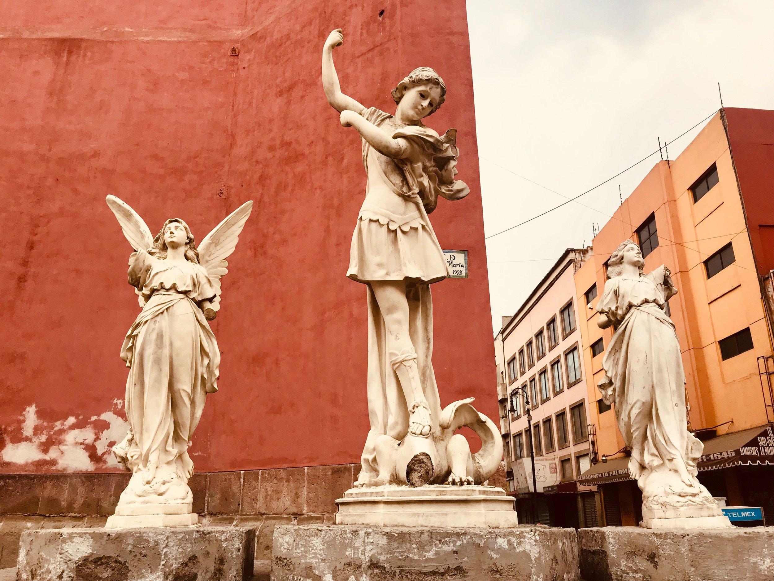 El centro histórico - de la Ciudad de Mexico es bullicioso, colorido y está lleno de gente, comercios y humeantes puestos de comida callejera. También está repleto de museos, hermosas plazas, antiguas iglesias y lugares curiosos que se descubren la mayor parte de las veces por pura coincidencia, simplemente pateando sus calles.