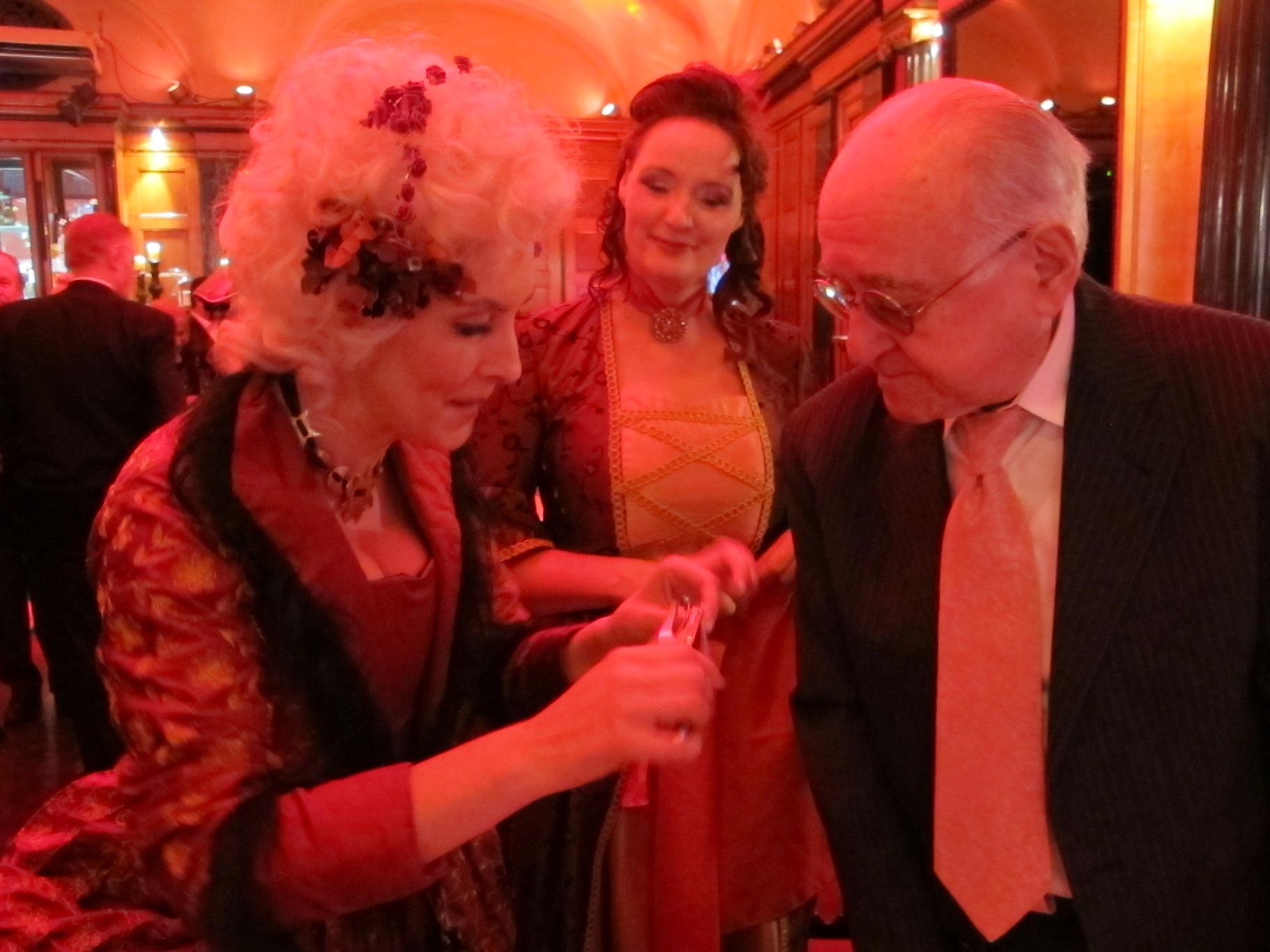 - Und - wenn es sein muss - zaubert Michelle Spillner close-up auch (kaum wieder zu erkennen, links) im Kostüm…aber, was tut man nicht alles für einen zauberbegeisterten Zuschauer wie Alfred Biolek…?