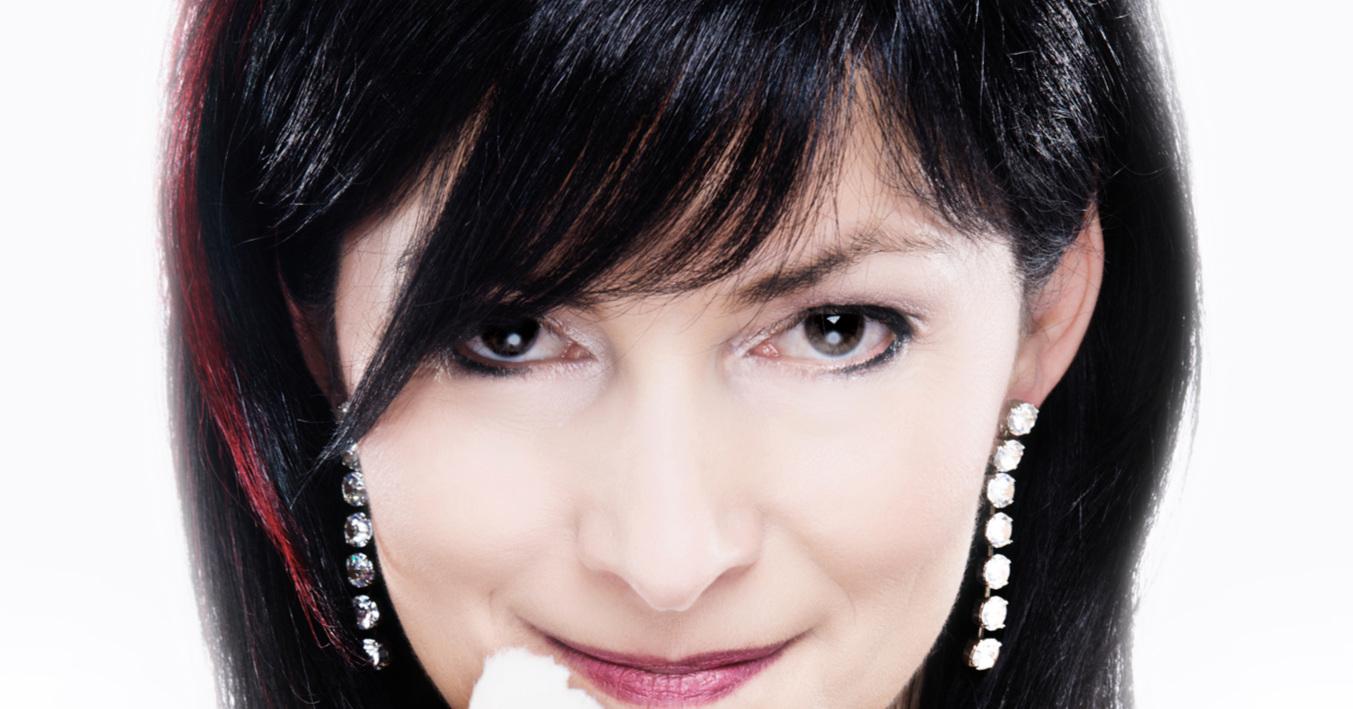 Die Zauberkünstlerin - Michelle Spillner gehört zu den wenigen (be-)zaubernden Frauen. Die international ausgezeichneteZauberkünstlerin verkörpert das Sinnbild weiblicher Magie. Mit katzenhafter Geschmeidigkeit bewegt sie sich auf jedem Parkett. Ihre Präsenz ist intensiv magisch. Geleitet von weiblicher Intuition ist ihre Zauberei ein Spiel mit den Regeln des Lebens. Sie verzaubert, fasziniert, unterhält und sorgt für unvergessliche Momente. Wo Michelle zaubert, wird gestaunt, gelacht, gezweifelt und gewundert. Magische Erlebnisse mit Michelle gibt es sowohl close-up als auch stand-up.Selbstverständlich hat Michelle auch jede Menge unglaublicher Preise gewonnen - das gehört in Zeiten exorbitanter Superlative gewissermaßen zum guten Ton. Michelle erzählt gerne von sich, dass sie den internationalen Wettbewerb der Zauberkünstlerinnen gewonnen hat. Was sie hingegen ganz gerne verschweigt ist: Da haben auch nur drei mitgemacht... . Damit erspart sie sich die Erwähnung des dritten Platzes bei der deutschen Meisterschaft der Zauberkunst und des sechsten Platzes bei der Weltmeisterschaft der Zauberei.