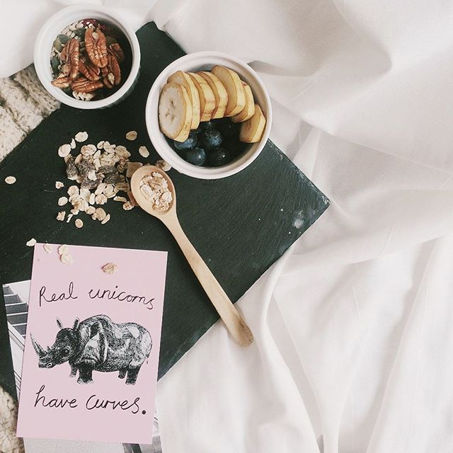 🌱Ahh...Sunday. How are you planning to spend the day? Cozied-up with a few healthy snacks + a journal doesn't sound too bad. #selfcaresunday #nourishandflourish