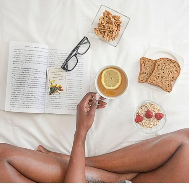 🌱Welcome, Sunday. Hanging around in bed with a good book (and good eats) never looked better. How are you spending your Sunday? #TheLovewellLife #HealthyLiving