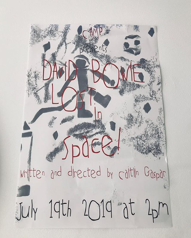 "•••SHOWTIME ••• 🎭💃🏽🕺🏻🥁🎹🎨 • • • ""David Bowie: Lost In Space""  By: @williamsburgcamp ••••••••••••••••••••••••••••••• #williamsburg #camp #williamsburgcamp #creativearts #children #childrenscamp #art #music #williamsburg #brooklyn #davidbowie #dance #acting #actors #fun #nyc"