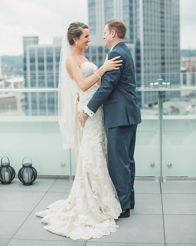 I love first looks! Such an intimate and emotional moment of the day! It allows for so many genuine candid moments! 🏙 : #stylemepretty #theknotfashion #cincinnatiweddingphotographer #kentuckyweddingphotographer #bridesrealweddings #marthaweddings #weddingwire #weddingchicks #LSxGWS #GWSxMumu #brides_style