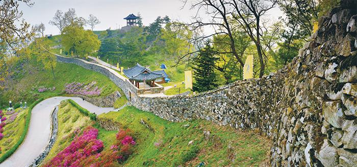 공산성 -금강변 야산의 능선과 계곡을 둘러 쌓은 산성으로, 백제 당시에는 웅진성(熊津城)이라고 불렀으나 고려시대 이후에 공산성이라고 불렸다.