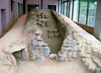 전남 강진 가마터 - 고려청자의 중심지였던 전남 강진에는 옛날에 청자를 직접 만들었을 실제 가마가 발굴된 모습 그대로 보존되어 있다.