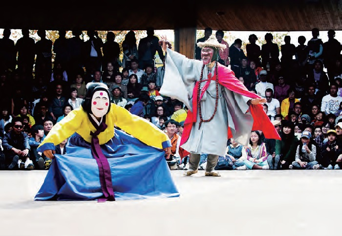 안동국제탈출페스티벌 - 전통 탈춤이자 세계적인 탈춤으로 자리매김한 하회별신굿탈놀이를 비롯해 세계 보편 문화인 탈과 관련된 문화를 즐길 수 있는 축제이다.