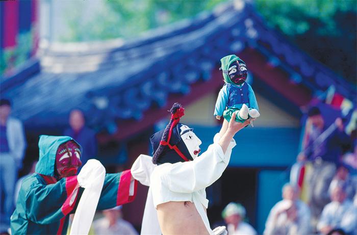 산대놀이 - 전통 민속놀이이자 무용으로 놀이꾼들이 탈을 쓰고 재담, 춤, 노래, 연기를 하며 벌이는 일종의 연극이다.