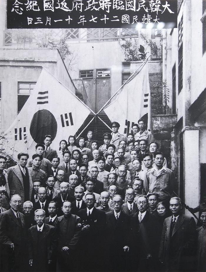 대한민국 임시정부 요인들 - 3.1 운동 직후인 1919년 4월 중국 상하이에서 조직되어 광복 때까지 독립운동의 중추적 역할을 담당한 대한민국 임시정부의 요인들