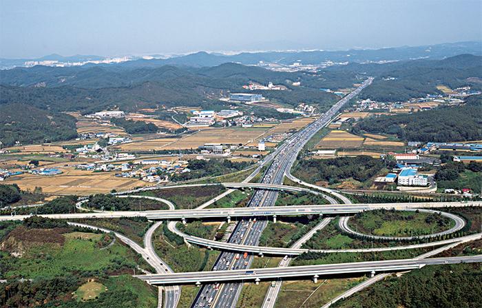 경부고속도로 - 서울과 부산을 연결하는 첫 번째 고속도로로 1970년 개통되었다