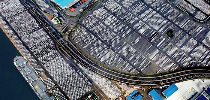 현대자동차 울산 공장 수출 선적부두 및 야적장-자동차는 대한민국의 대표적 수출 품목 중 하나이다.