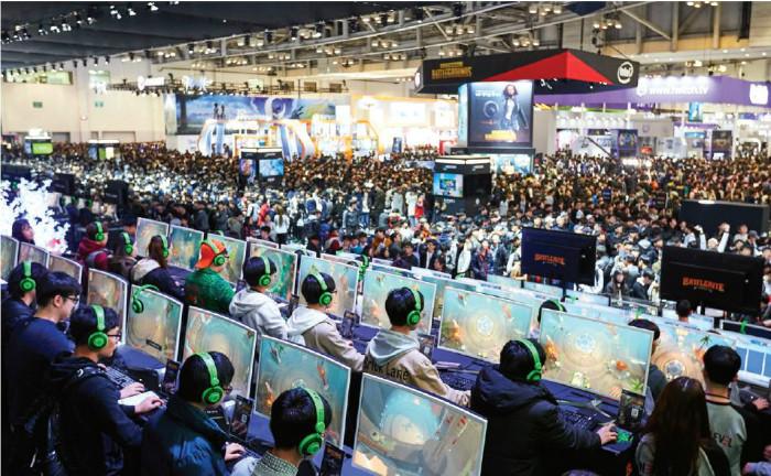 게임산업, 대표적 문화콘텐츠 - 한국은 자동차와 전자제품 뿐만 아니라 K-POP, 방송프로그램, 게임산업으로 대표되는 문화상품 수출국이 되었다. 사진은 부산에서 개최된 '지스타(G★) 2013' 에서 각종 게임을 즐기고 있는 관람객들 모습.