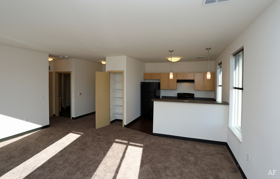 ingram-place-apartments-milwaukee-wi-living-room.jpg