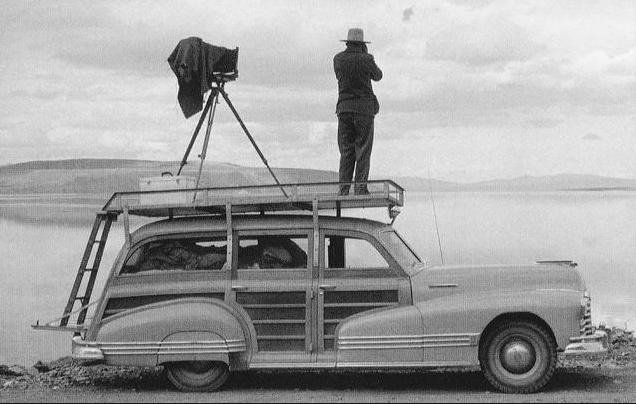 1947 Pontiac 'Woodie' Station-wagon + photographer