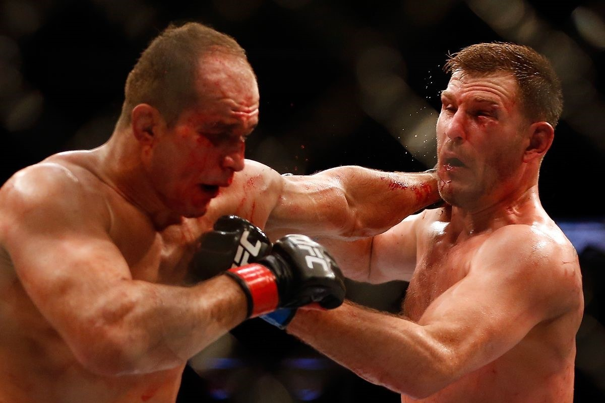 War –   Dos Santos (left) and Miocic (right) in their first meeting in 12/2014