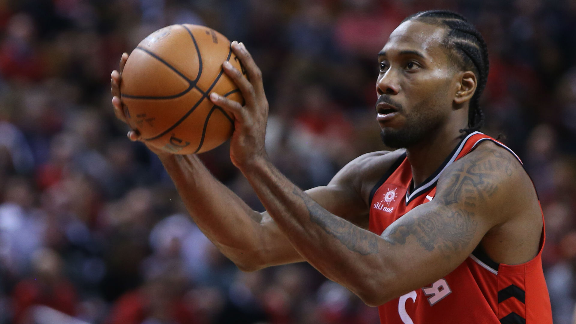 kawhi-leonard-suffers-jammed-foot-in-raptors-victory-over-suns__93109_.jpg