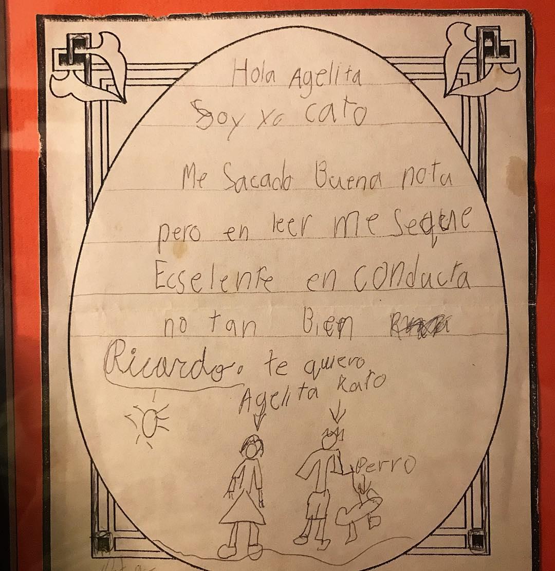 """En 1994 le escribí una carta a mi Abuelita contándole sobre mis notas y dice, """" Hola Agelita, Soy yo Cato. Me sacado buena nota pero en leer me seque ecslente. En conducta no tan bien. Ricardo. Te quiero"""" Al final incluí un crudo dibujo de ella, yo y un perro. El año pasado mi abuela me la regresó enmarcada y sigue siendo de mis regalos favoritos. #quebonitoseryo #racha #oldschool"""