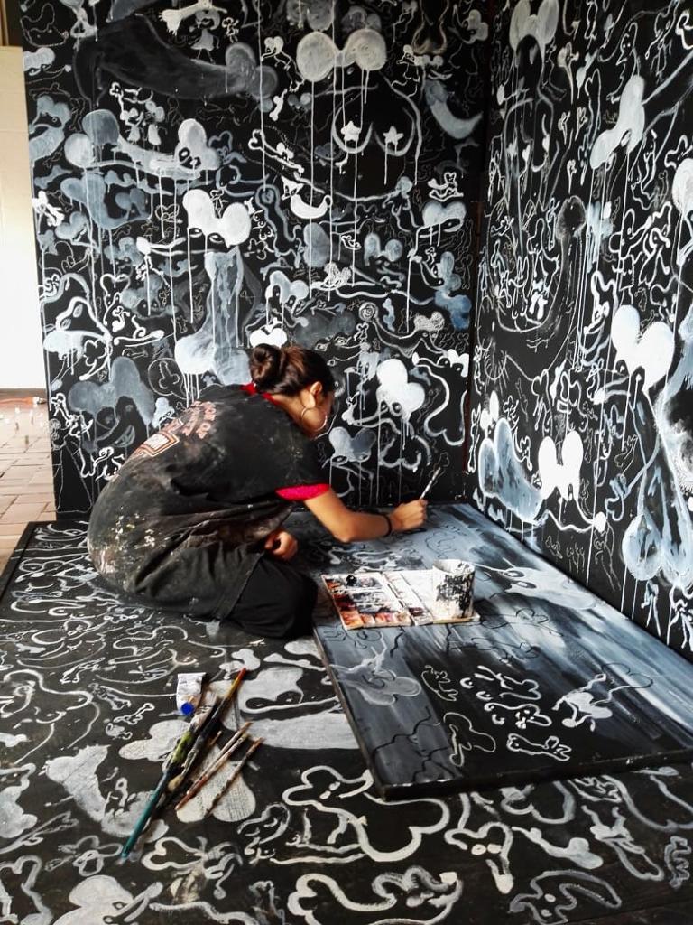 """karina torres    en """"romper la ventana""""   imagen cortesía de la artista"""