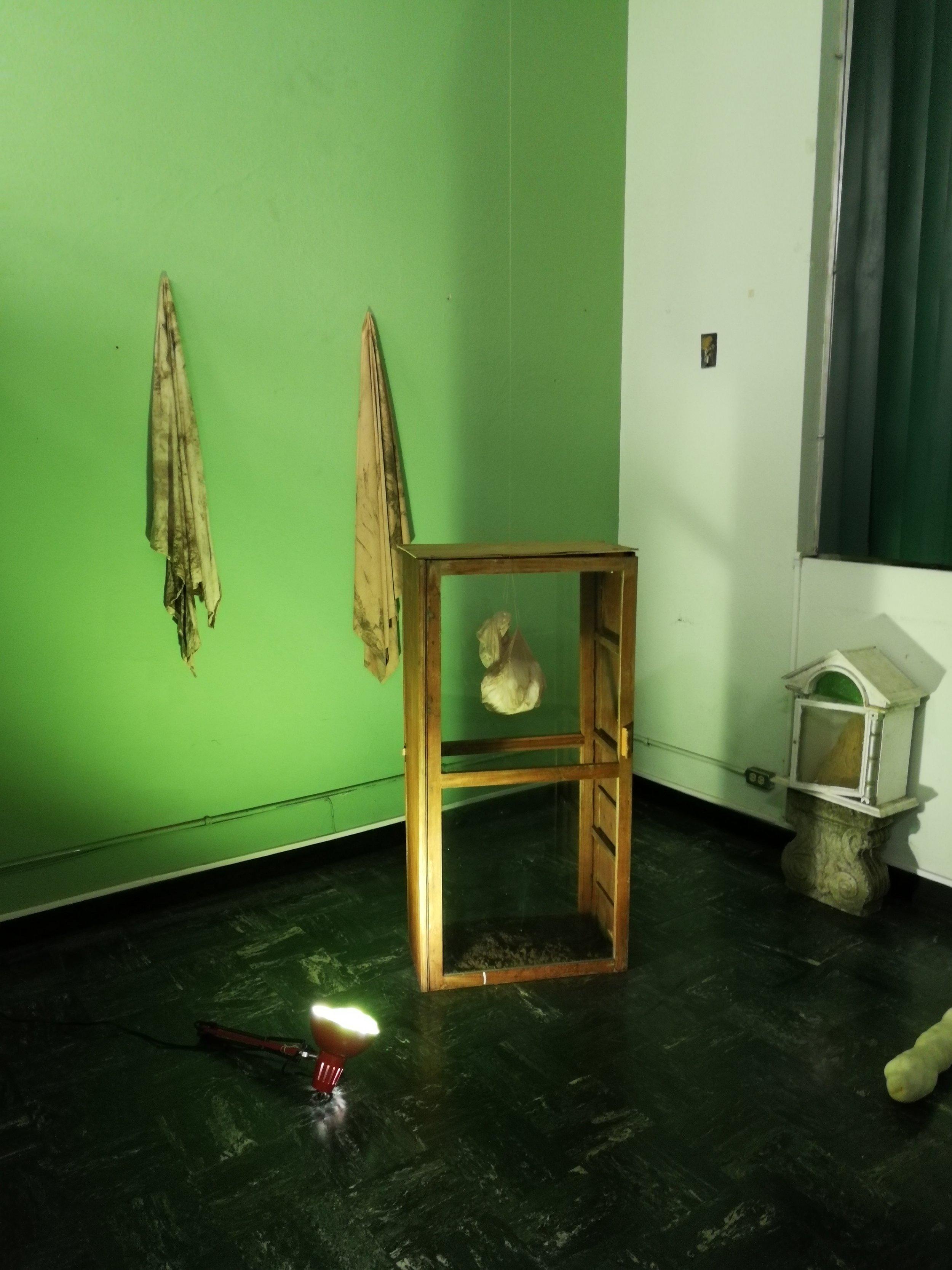 la muestra colectiva de pintura no abarcó solamente pintura y además se esparce a otros espacios del edificio. obra:    mariela álvarez