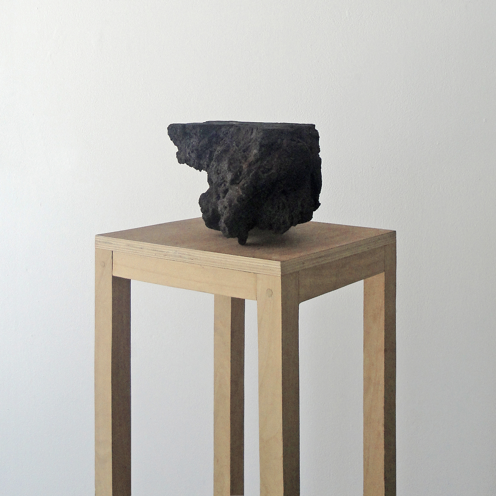 """""""Paisaje"""", piedra volcánica intervenida, 40cm x 35cm x 45cm, 2017"""
