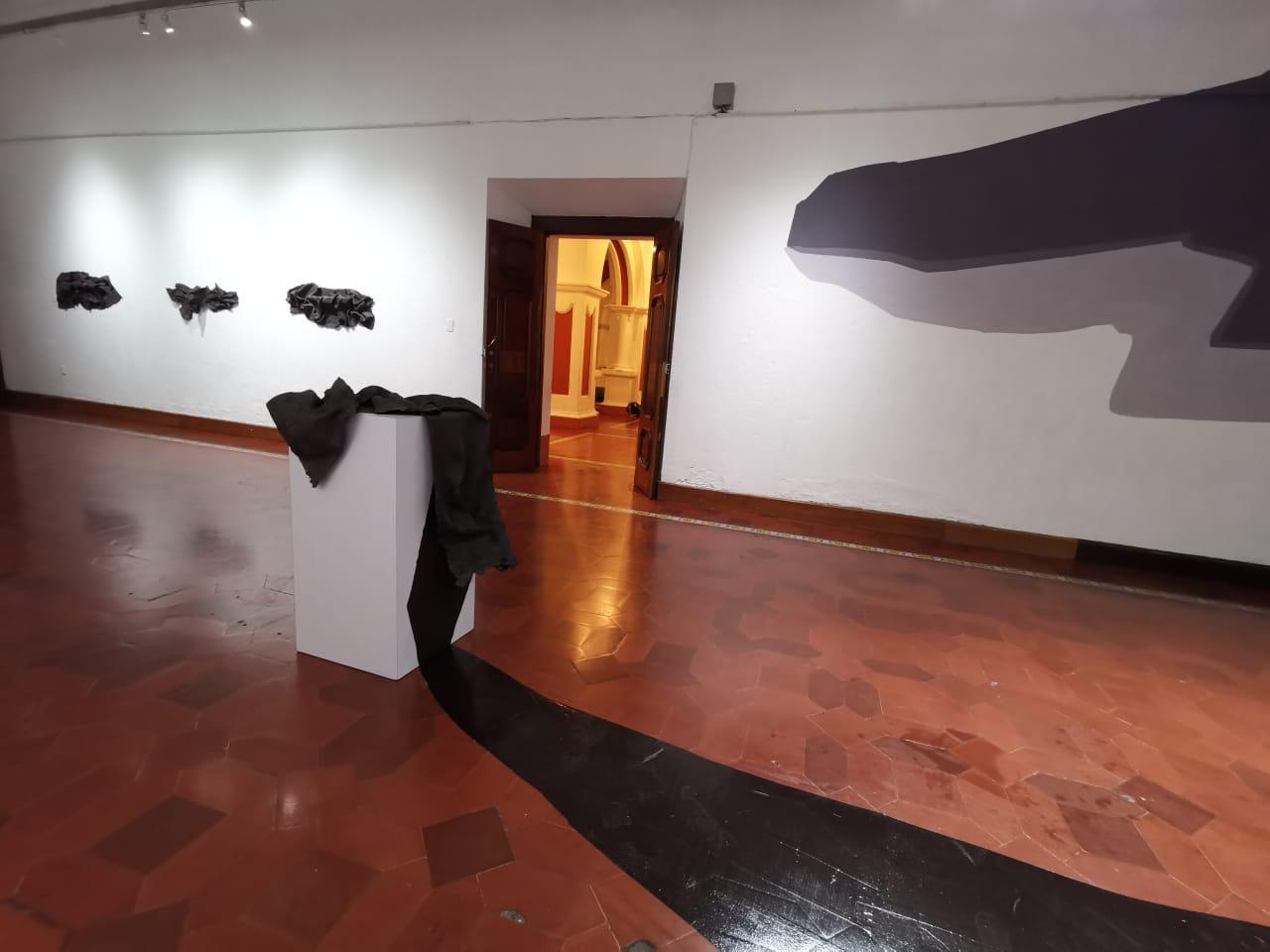 """serie: """"Black Flag"""", instalación (pintura mural y esculturas de arcilla), albertine stahl   imagen cortesía de la artista"""