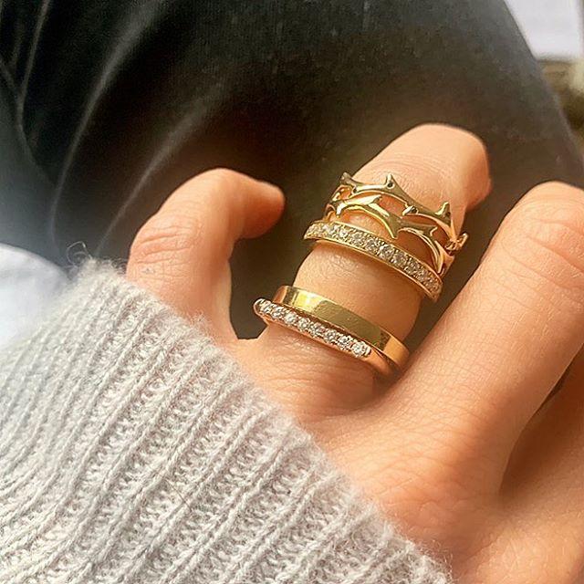 Fade to gold • #drujewelry #dru #jewelry #jewellery #jewelrydesign #finejewelry #fortheloveofjewelry #livelovejewelry #love #beautiful #ringstack #rings #stacksarethenewblack #lovegold #crownofthorns #showmeyourrings #showmeyourringfinger #edgyaesthetic #grey #jewelrygram #jotd #rotd #fadetogold