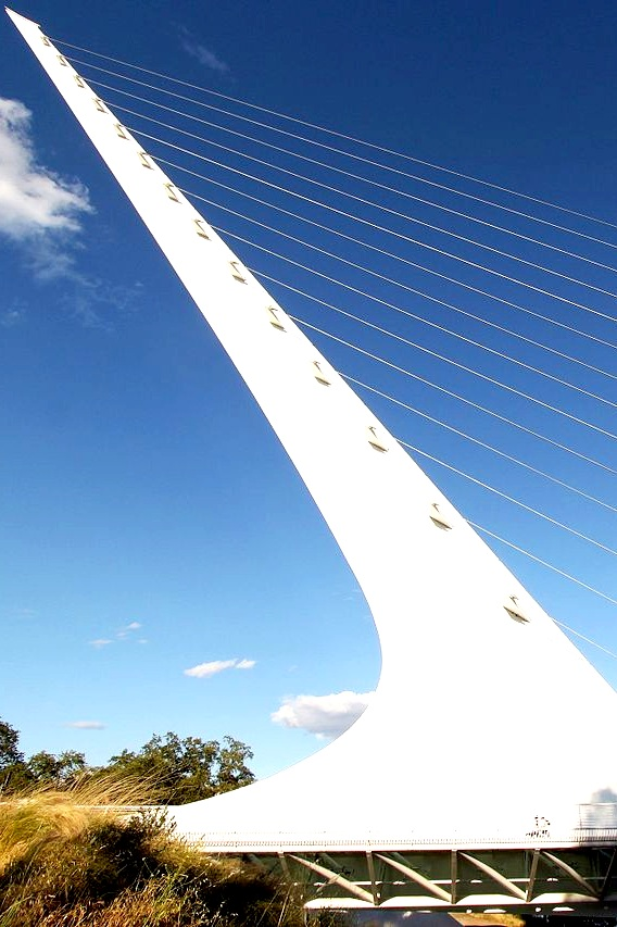 1280px-Sundial_Bridge_%288843646383%29.jpg