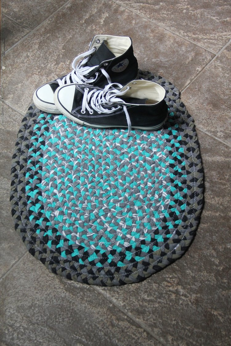 Sewing tutorial: Upcycled t-shirt braided rug