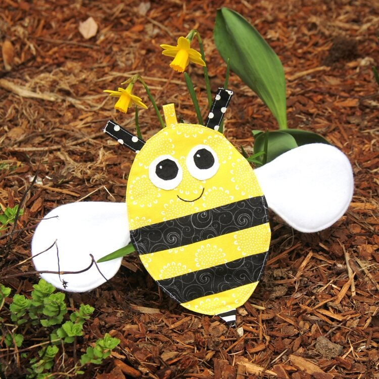 Free sewing pattern: Crinkle bee baby toy