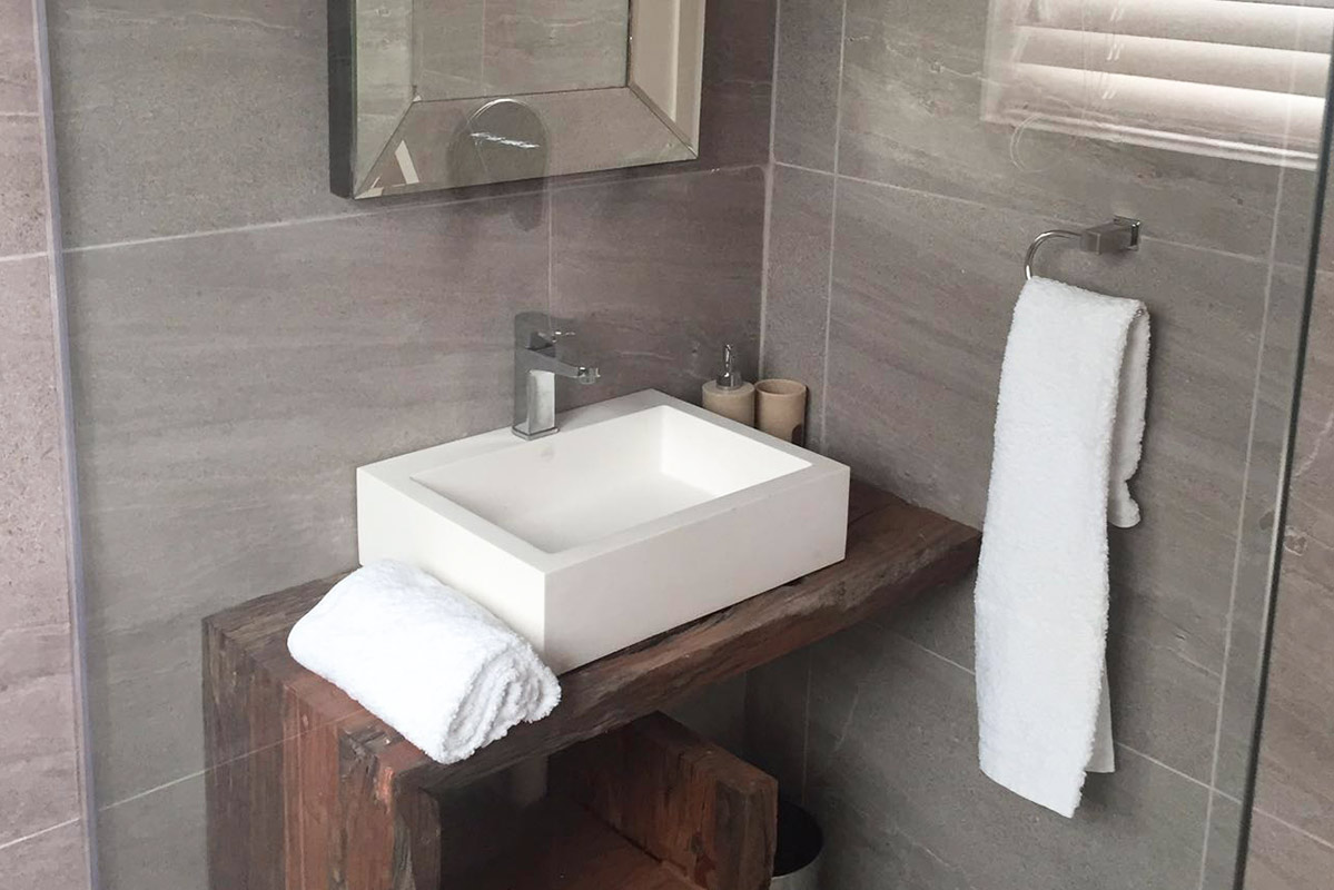 uthingo_bathroom_wall.jpg