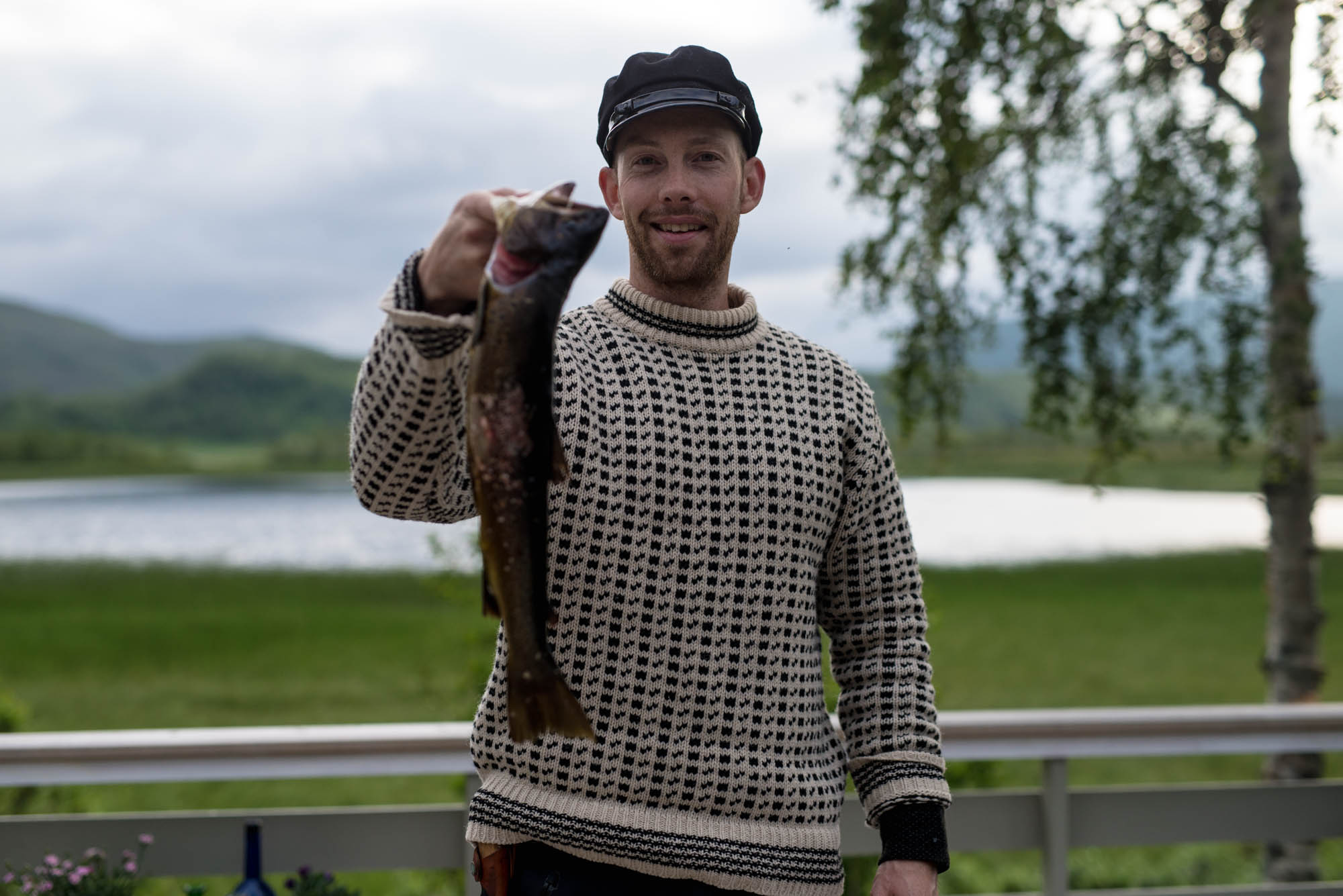 Teksten er skrevet av meg, og her på bildet ser dere min flotte mann. Tatt på hytta vår i Nord-Norge, etter at han hadde vært og dratt opp ferskvannsørret, fri for miljøgifter og antibiotika.