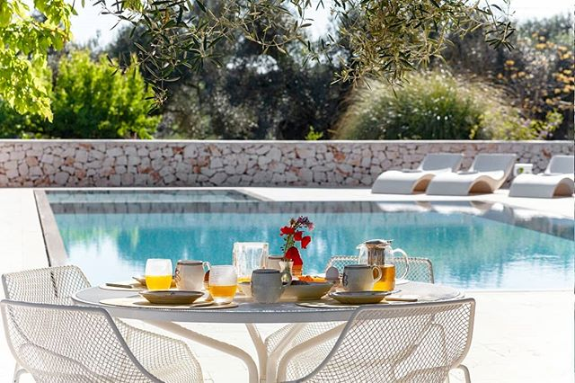 Sun is shining and the weather is sweet 🎵🎵🎵 #bookyourshoot . . . . #interiorphotography #realestatephotography #italy #wonderlust #coffeetable #archilovers #poollover #poolside #breakfasttable #breakfastatthepool #homedecor #gardendecor #masseriedipuglia #salentohome #salento #fotografiadiinterni #fotografiadarredo
