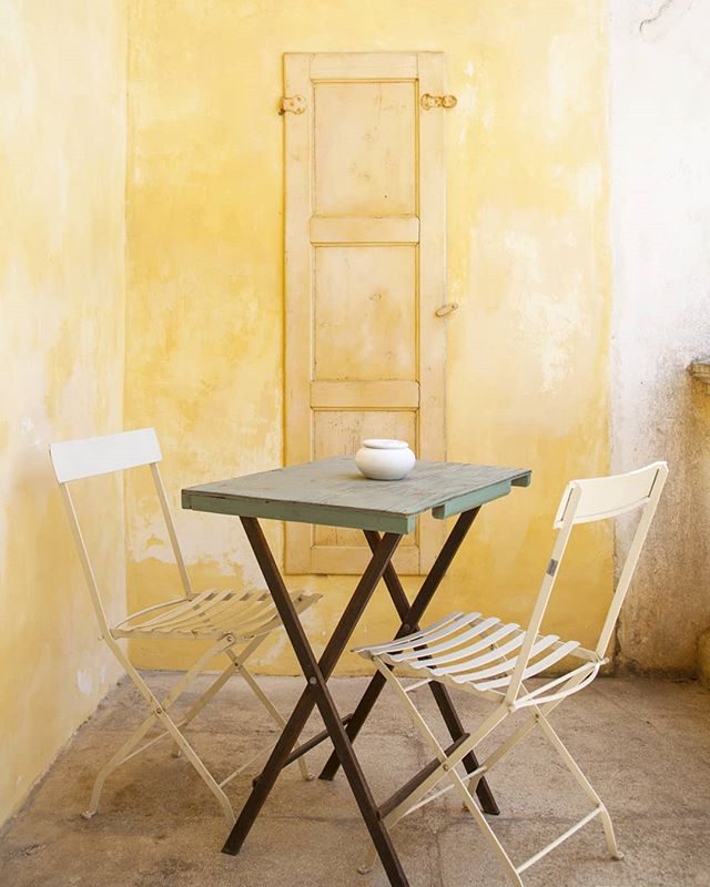 Yellow like the sun 🌞 . . . #homedecorlovers #yellow #casedipuglia #coloridipuglia #interiorpic #fotografiadiinterni #hotelphotography #bb #gardendecor #yellowwalls #masseriedipuglia