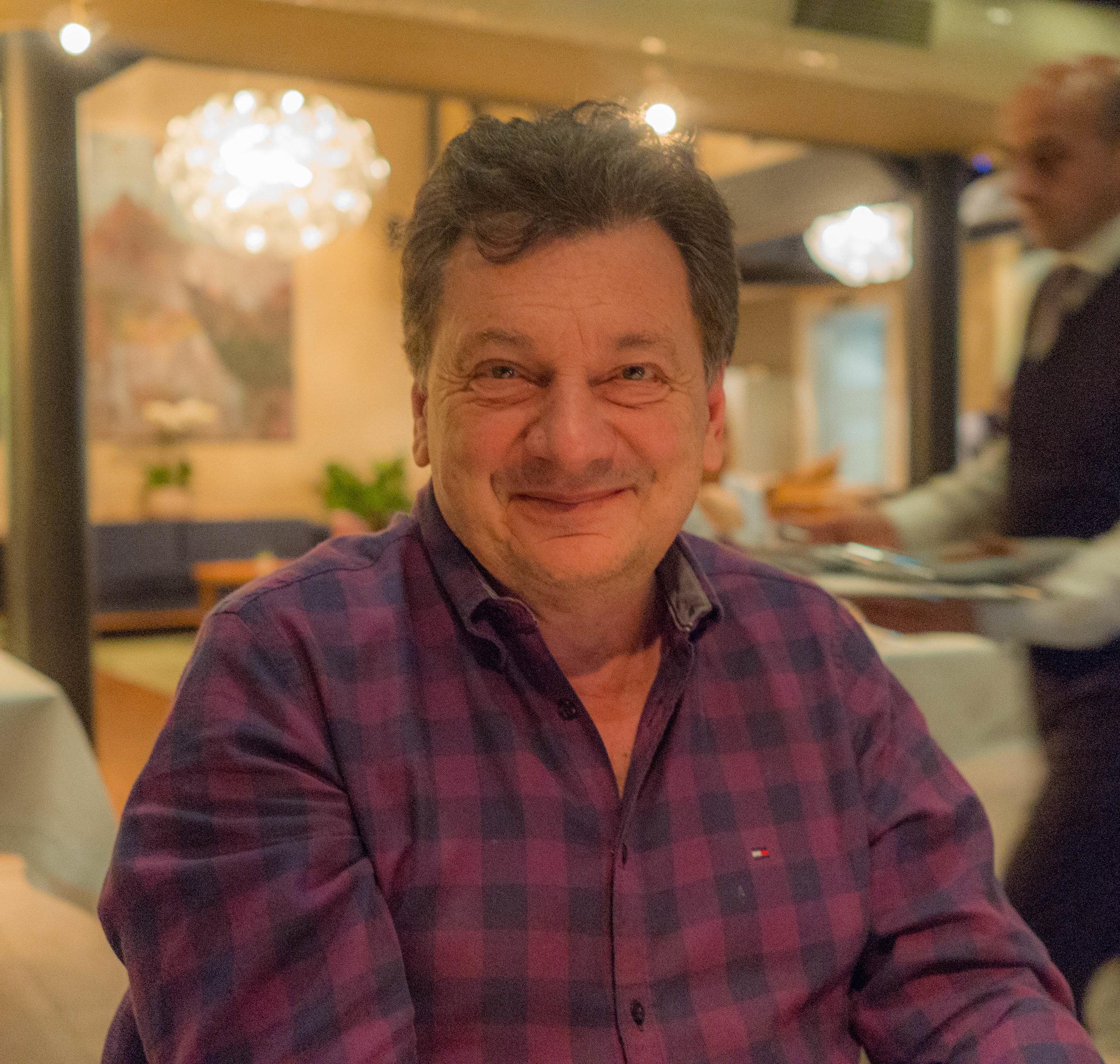 """- Boğaziçi Üniversitesi'nde ekonomi okudum. Lisedeyken annem Selma Keşmir beni Taksim'deki Lamartin Caddesi'ndeki Çin lokantasına götürürdü. Köfte ve makarnadan sonra 'tatlı-ekşi soslu karides' sevdiğim üçüncü yemek haline geldi. Lise sondan itibaren kız arkadaşlarımı etkilemek için onları farklı lokantalara götürmeye başladım. Ama iyi yemek benim için hep ikinci planda kaldı. Ne zamana kadar? Lisans üstü eğitim için University of California, Berkeley'e gidene kadar. Orada dünyanın en kompleks içeceği, yaklaşık 200 aromaya sahip şarabı keşfettim. Tadımlarda benden çok büyük ve işi bilenler """"senin inanılmaz bir damağın var"""" gibi laflar edince şevkim arttı. Ama şarap yalnız içilmez ki? Giderek farklı şaraplarla neler yenirden yola çıkarak gastronomi ile ilgilenmeye ve tavuk hariç herşeyi denemeye başladım. Doktora tezi için 9 ay Paris'te kalınca da dünyanin en iyi şarap ve lokantaları ile tanıştım. Referans noktalarım oluşmaya başladı. Edebiyat ve sinema sevgisi devam etti. Tenis, masa tenisinin yerini aldı ve buna gastronomi eklendi."""
