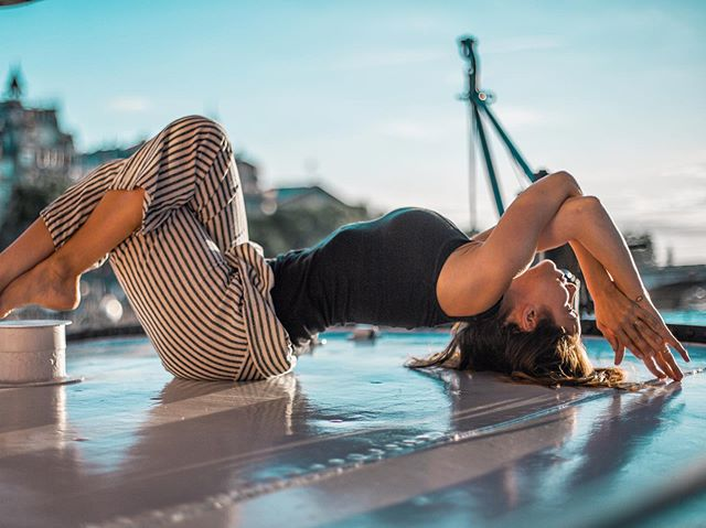 Last days enjoying Paris as the city empties out (🙌🏽). Had such a fun shoot with @blinkcut as we walked around the Seine and hopped on a few péniches (asked permission... sort of 😂). Bonnes vacances to all my Parisian yogis and see you soon America ! 🇺🇸