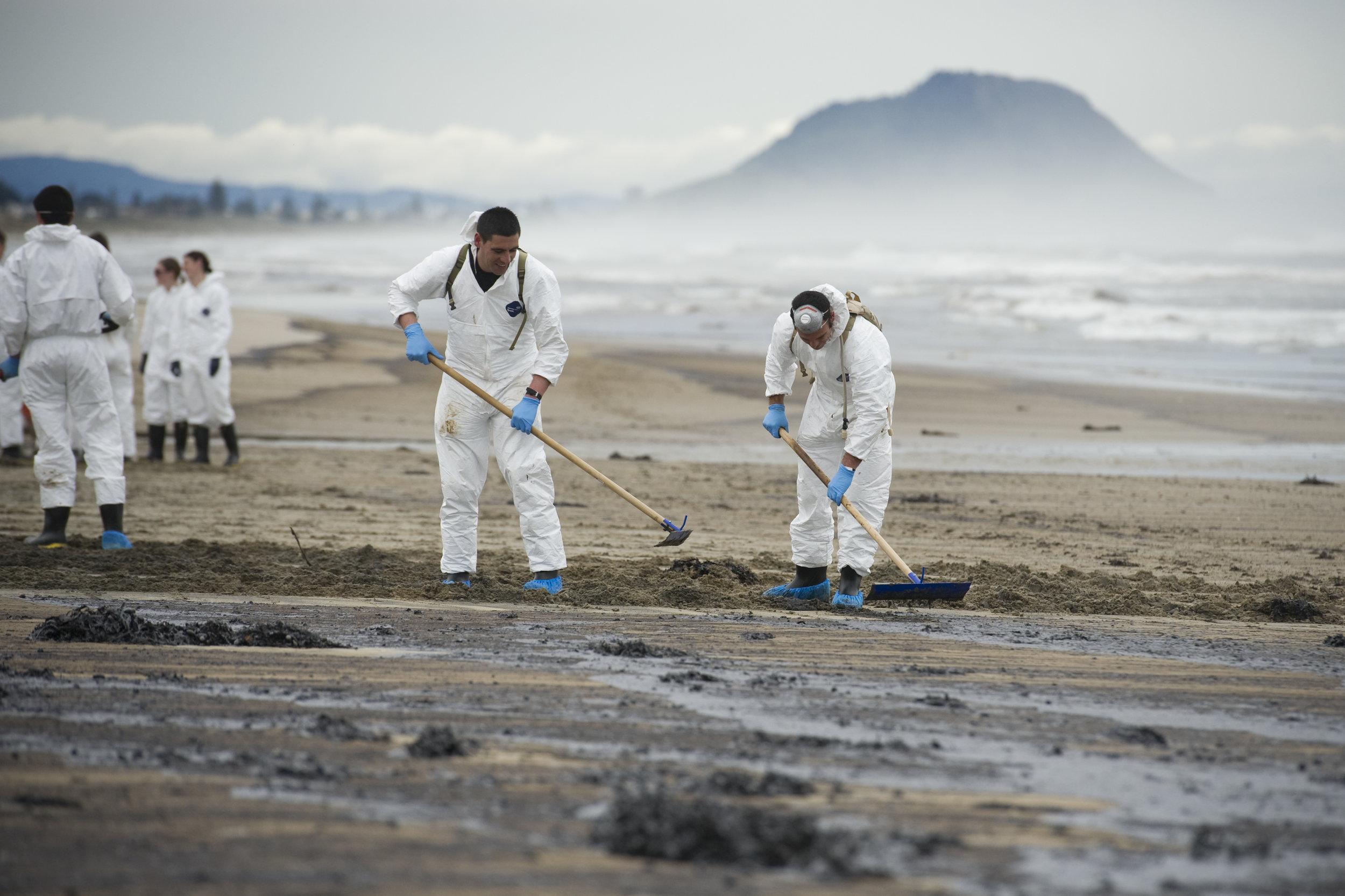 Rena_oil_spill_cleanup.jpg