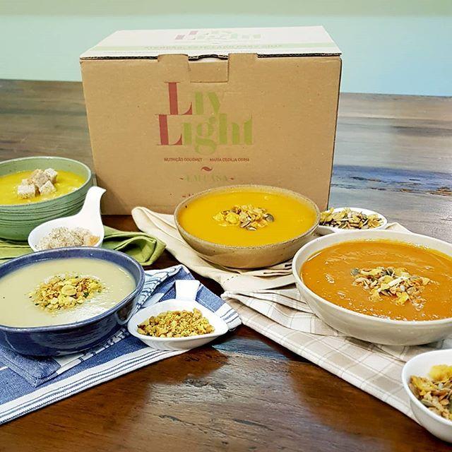 O menu Dinner Soup está com novidade!! 😯😯 Agora, as sopas super gostosas da LivLight como as de tomate, abóbora, batata e legumes ganharam shoppings especiais de granola salgada, farofa de nuts com cúrcuma e ervas e o Crôuton, feito do nosso pão, que é um sucesso já na cozinha da LivLight, e claro, tudo isso no seu menu personalizado!! 🍵🙌 #programas #cozinha #cozinhalivlight #sopas #dinnersoup #vidasaudavel #programalivlight #personalizado #livlight #nutricaogourmet