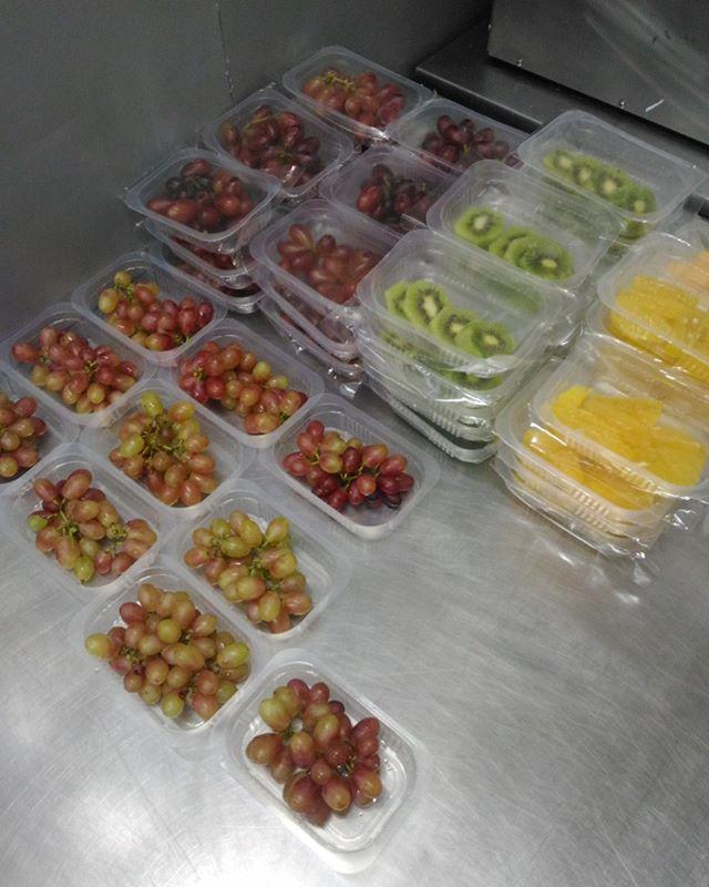 Frutas frescas prontas para te acompanhar na sua  rotina do dia! 😉 . . . #companheirasdeviagem #frutasfrescas #programalivlight #uva #frutas #comidafresca #