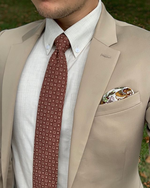 """I am a big fan of coordinating tans and browns. I think it just really pops. It's still subtle, but enough to grab your attention. Once again I am featuring one of @oxfordsq  handmade ties! This one suits me well (PUN!) because of its name, """"Coffee Addict."""" Check out Oxford Square and all of their handmade products, here: www.oxfordsq.com — For a music recommendation I choose The Revivalists 🎶🎶 Check our stories for a sample of one of their songs! • • • • • • #styleblog #menswearblog #dapperday #summerstyles #suitandties #dashing #debonair #styleguru #fashionblog #fashionguru #outfitinspiration #coordination"""