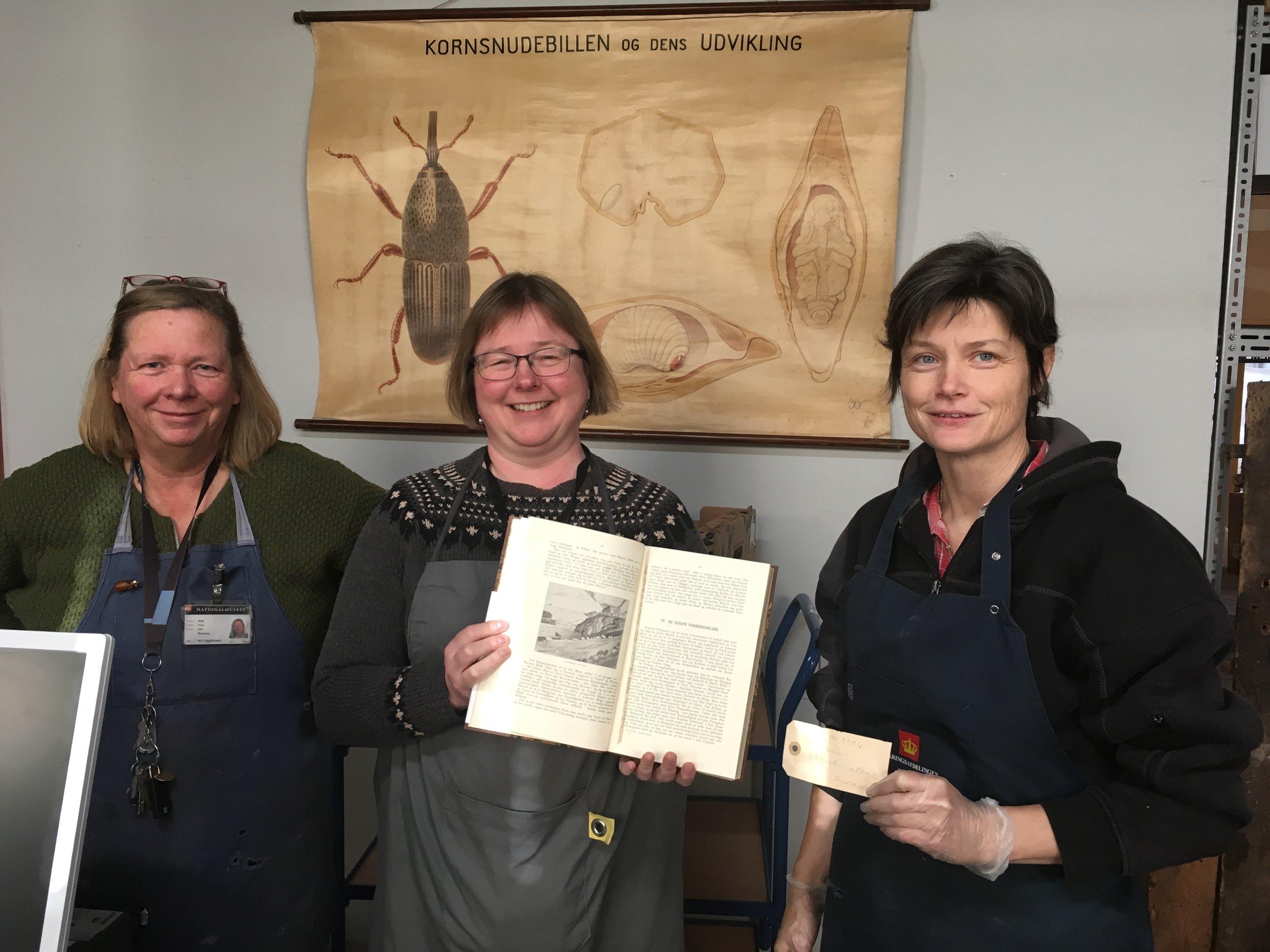 Pakkeholdets seje kerne Ulla Skaarup, Christina Folke Ax og Mette Humle med bogen som skal undersøges nærmere. Foto: Anja Jørgensen.