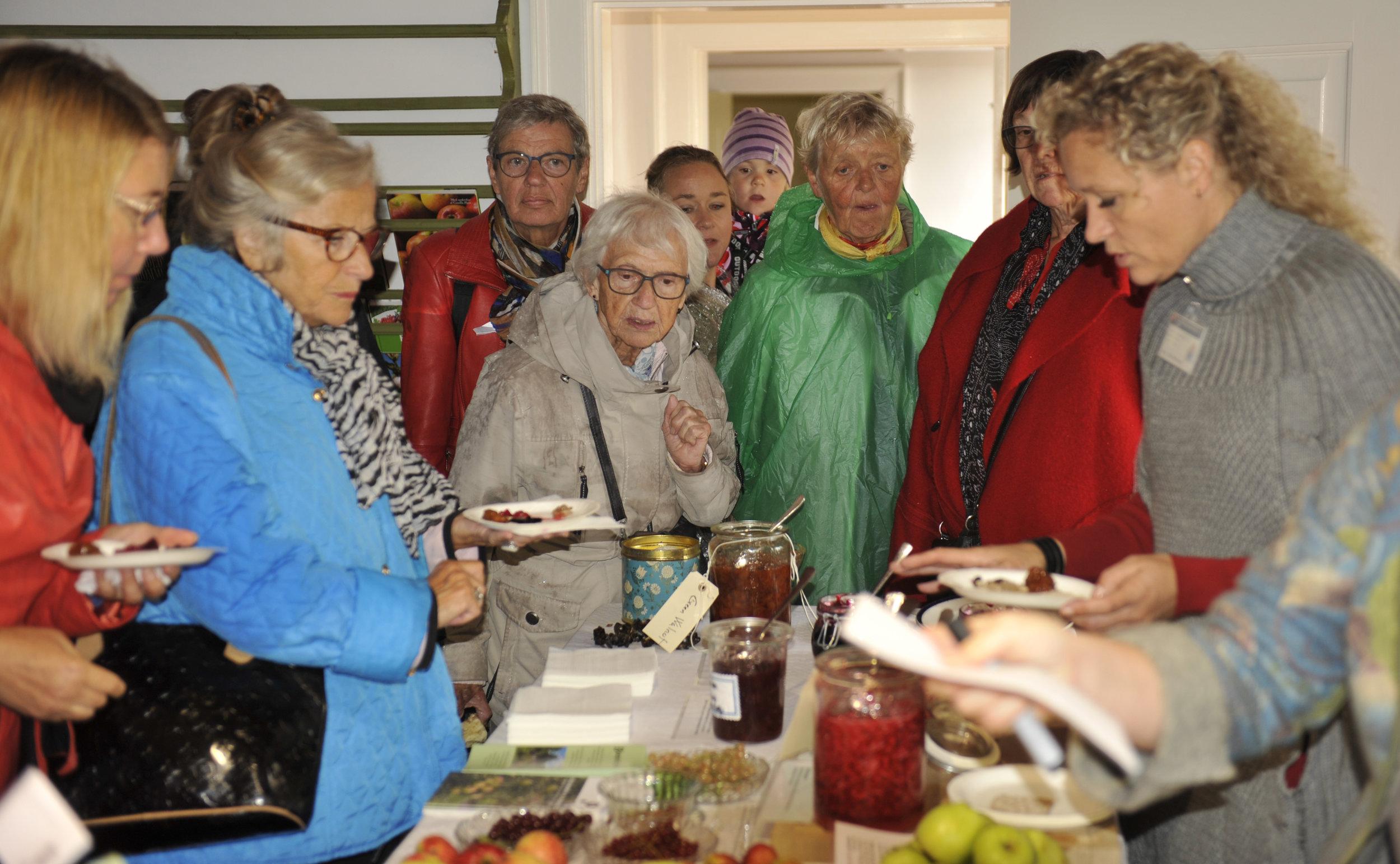 Uddeling af gratis smagsprøver Gamle Sorters Dage. Foto: Anker Tiedemann 2015
