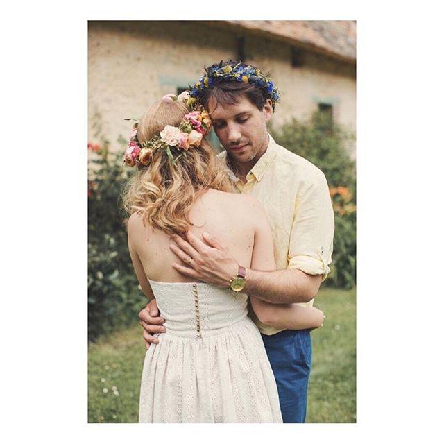 """Joyeux 6 mois de mariage à @amelia_nymphea et @paul_nymphea 👰🎂❤️ Robe bustier """"Nymphéa"""" que j'ai  créée pour le brunch de leurs mariage, dans une délicate broderie anglaise doublée d'un satin de coton corail. 🌸 @lusineapetales 📸 @anneclairebrun  #weddingdress #bespoke #madeinfrance  #shesaidyes #luciefouquet  #wedding #bridal #tailormade #surmesure #mariage #broderieanglaise #corail #il_etait_temps_a_et_p"""