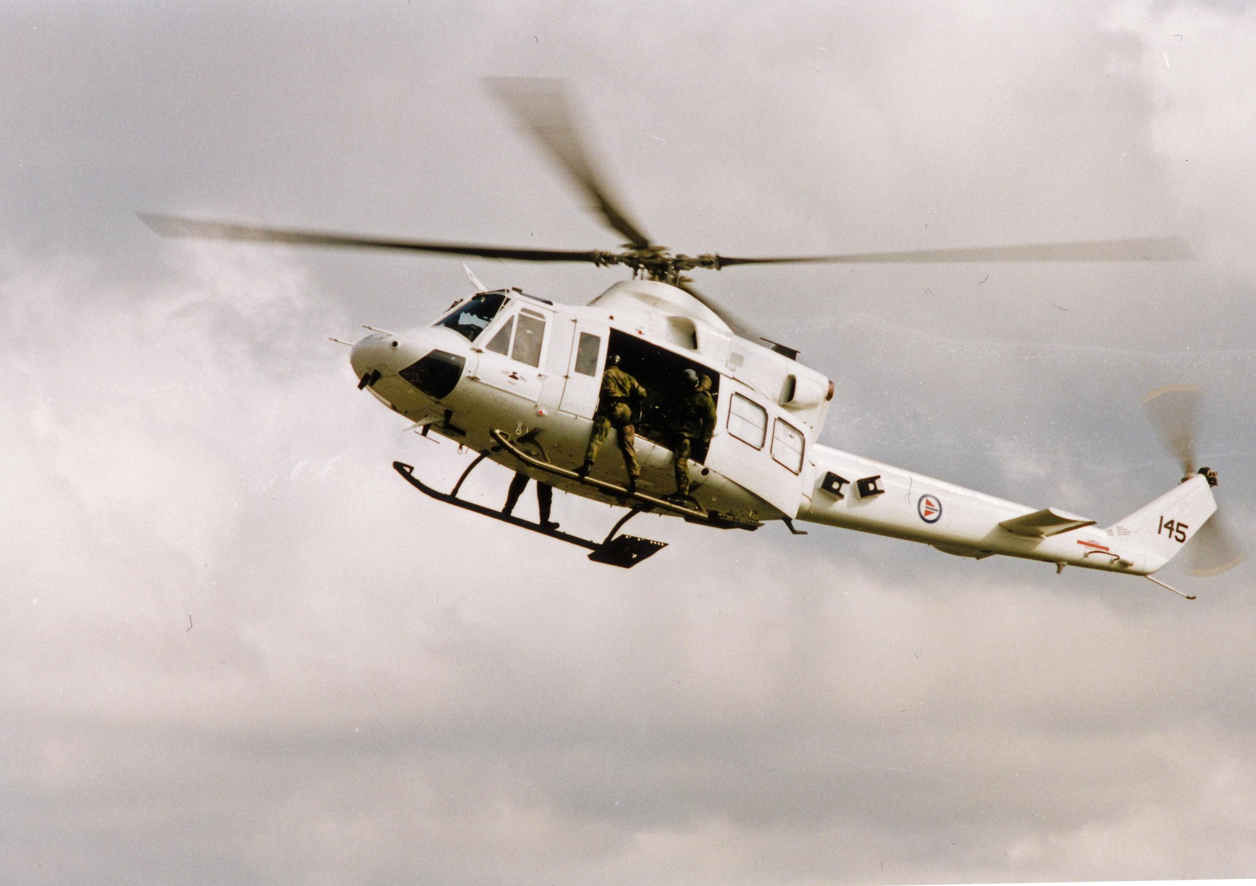 Demo under åpen dag 2000. Bell 214SP -145