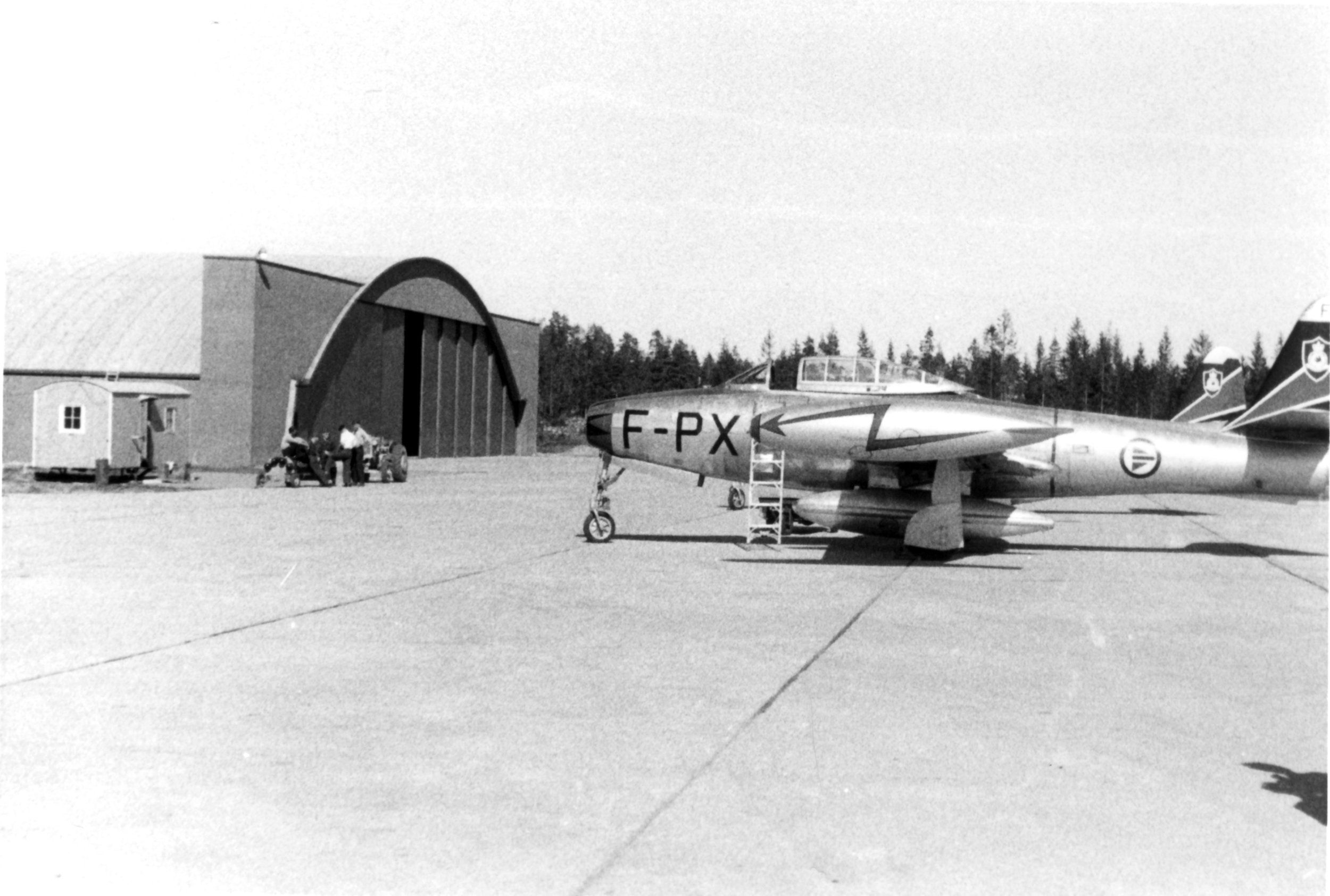 2 F-84G foran Hangar H