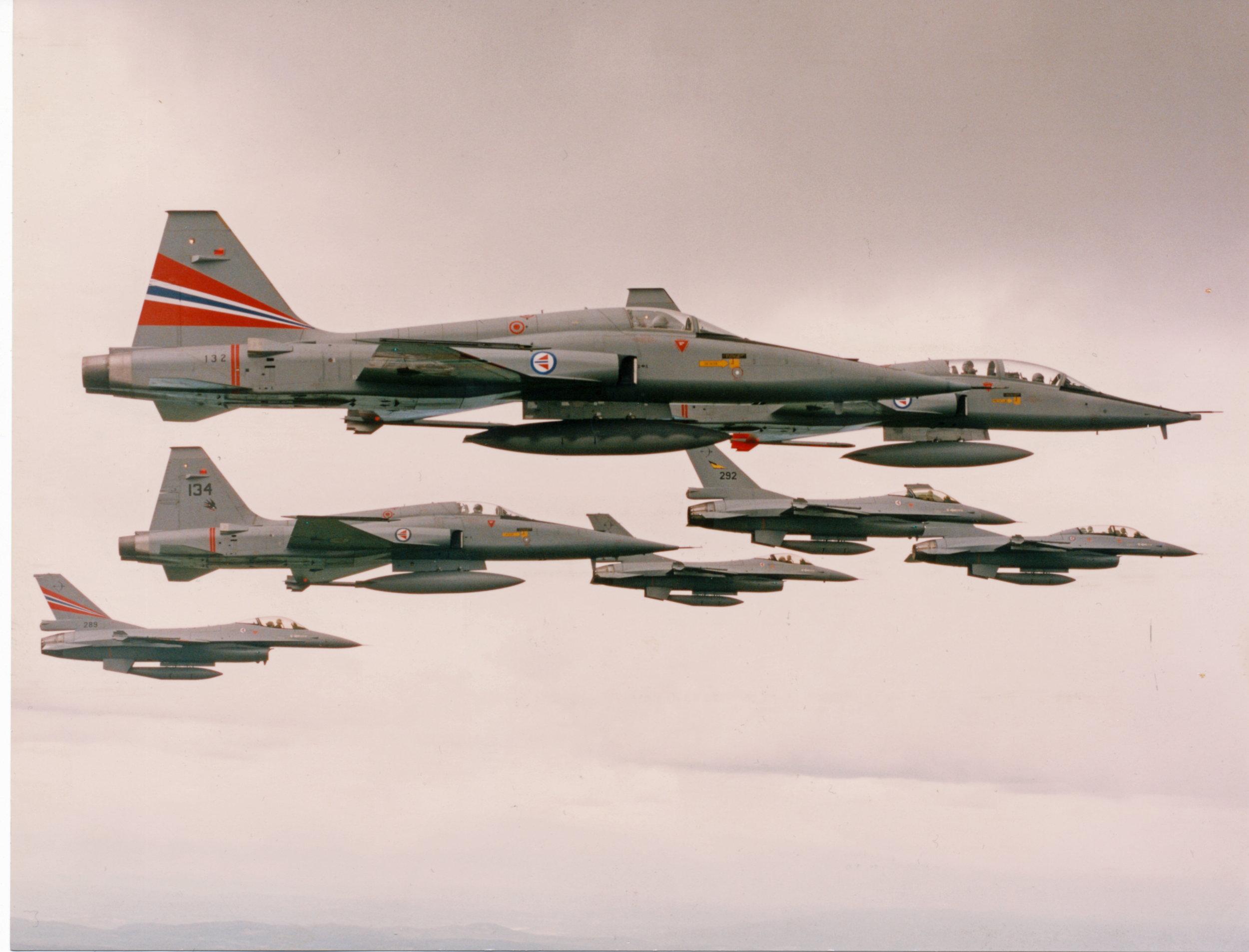 F-5A 132 i spesialmerking for Luftforsvarets 50års jubileum 1994.                                                          Foto Rudolf Holm, Rygge hovedflystasjon