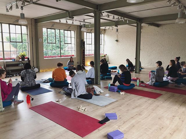 Thanks to Jo from @strengthandsoul_ for teaching us more about Ayurveda and identifying different doshas in our students and how to help create balance.  Thank you also to all you yogis for coming to spend your Sunday with us and big love to @demelzayoga, get better soon, you were missed. #mudrayoga #mudrakula #yogateachers