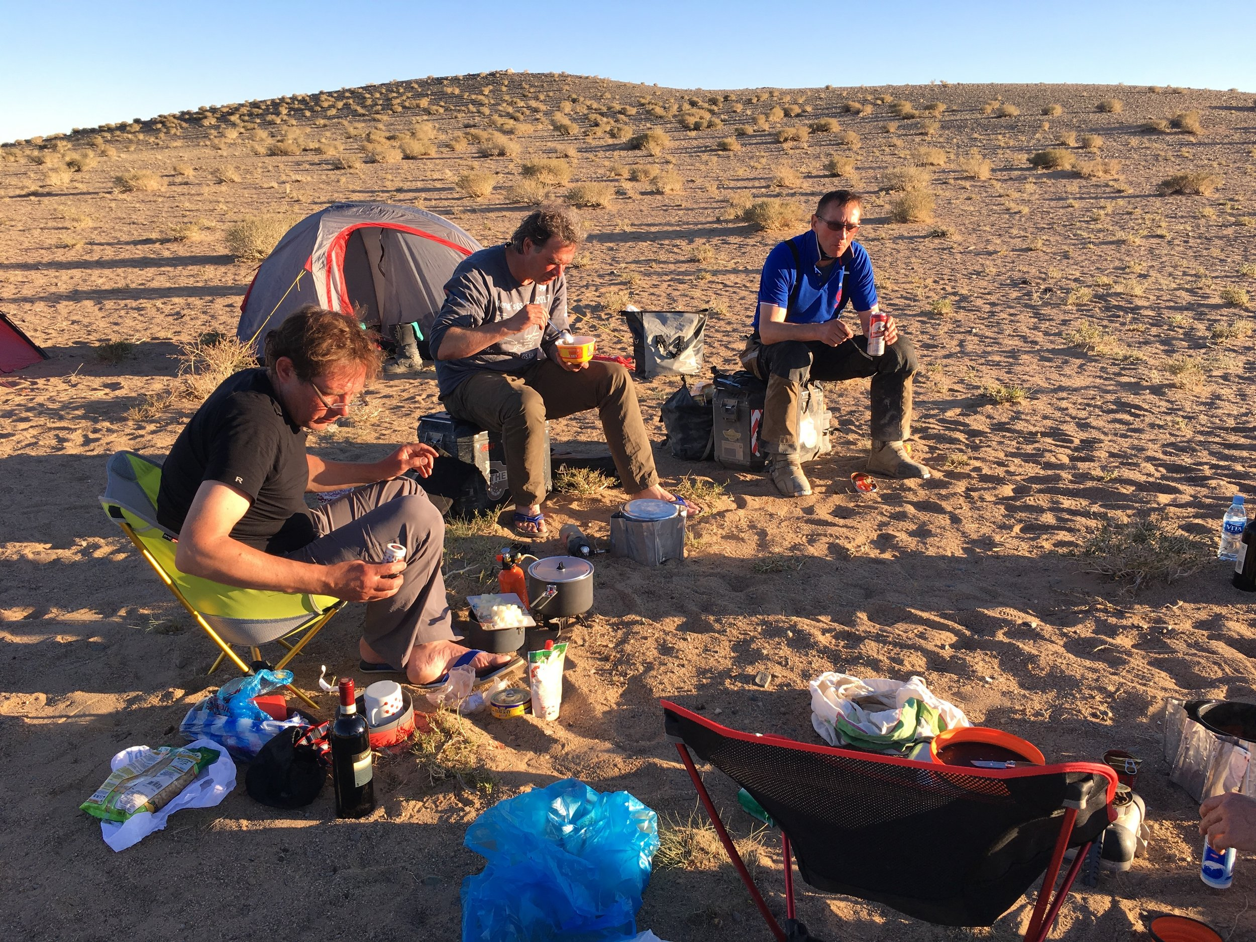 Sooner or later, the pannier-guys always envy the chair-guys. Scene from Mongolia with our friends Peter, Florian and Ulli.