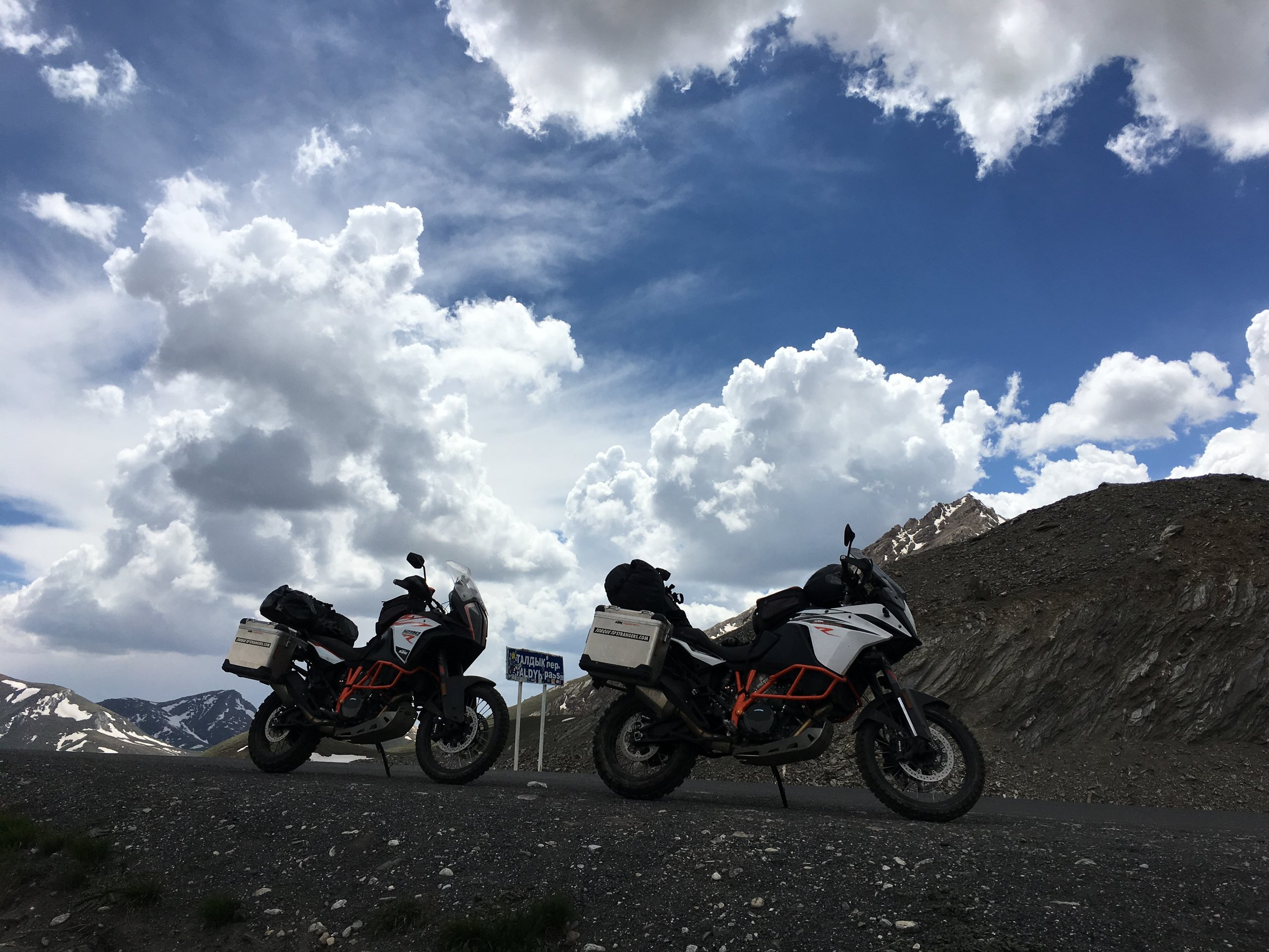 The more difficult the road gets the greater the advantage of large wheels, off-road tires and good suspension. Taldyk-Pass in Kyrgyzstan.