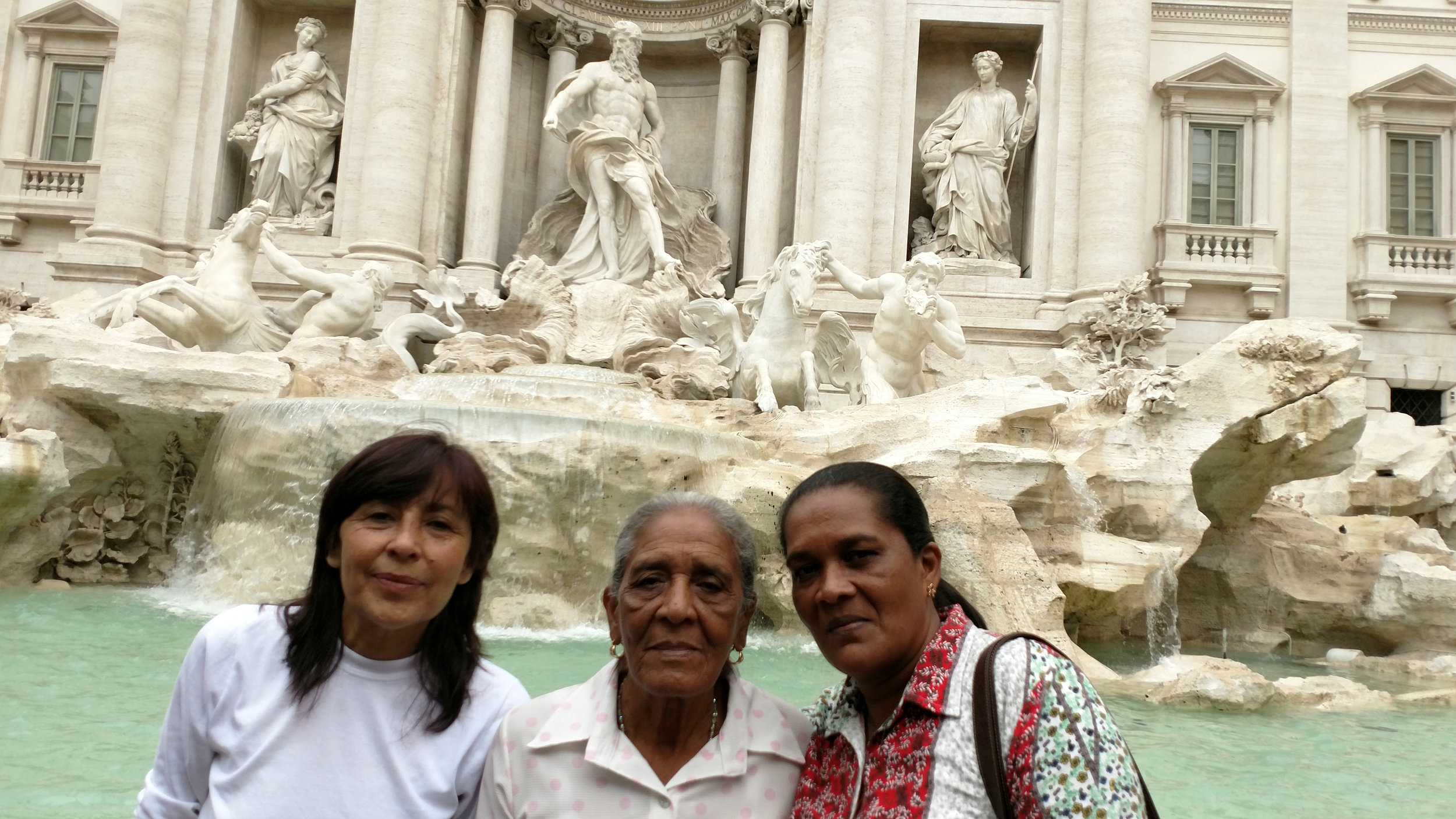 Sonia, Dilia and Maribel at the Fontana di Trevi