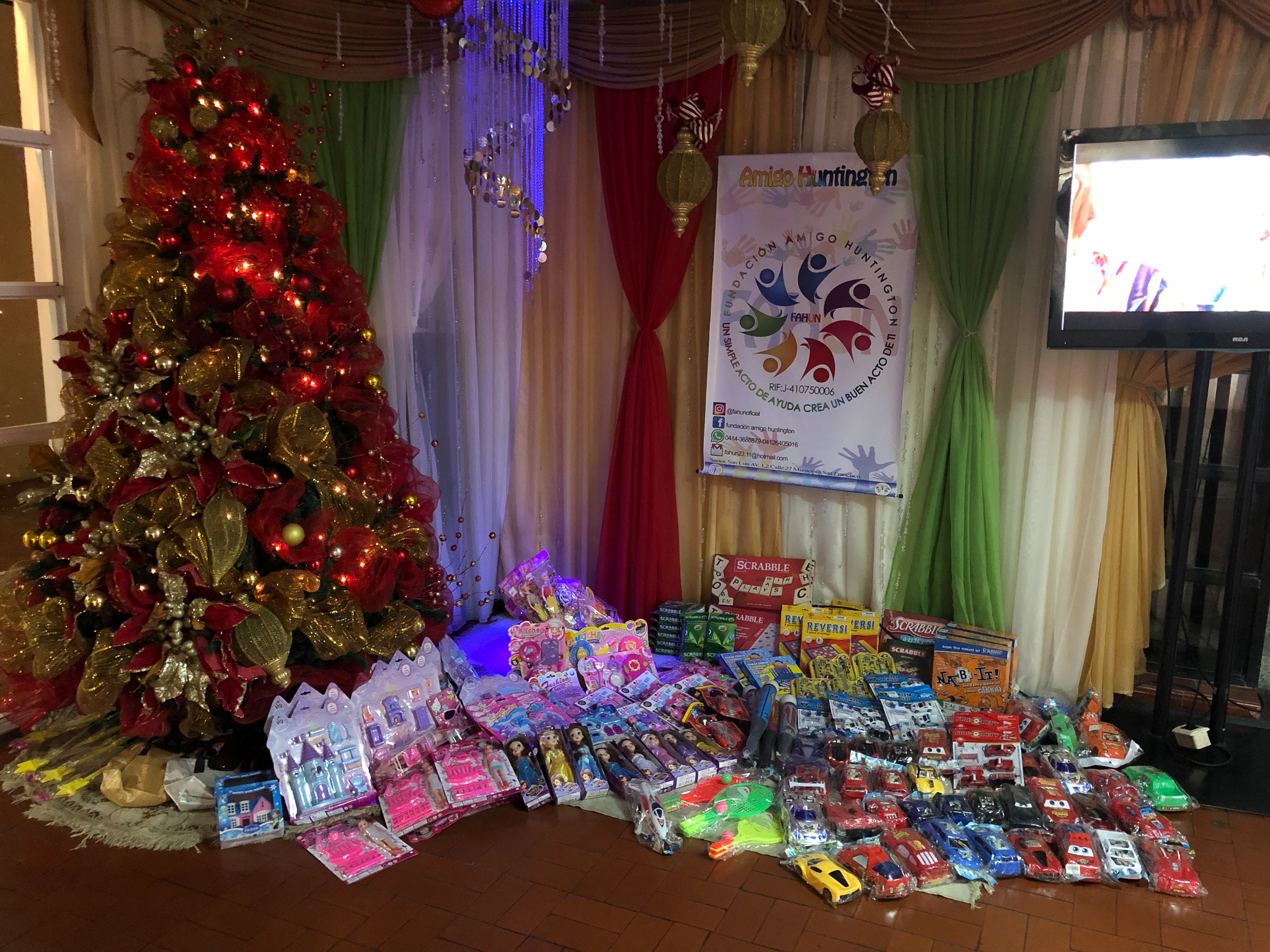 Gifts and a Christmas tree make children happy!